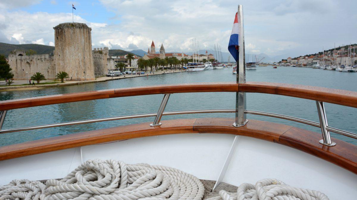 Båten Kleopatra stävar in i Trogirs hamn