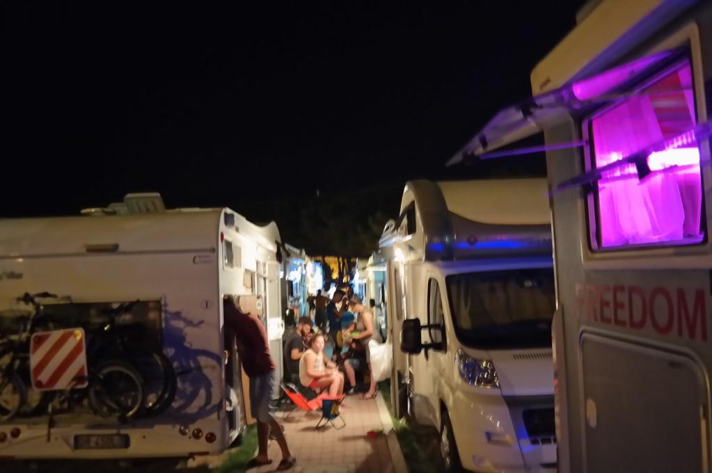 Parkerinsplatsen på natten - fullt av liv mellan husbilarna!