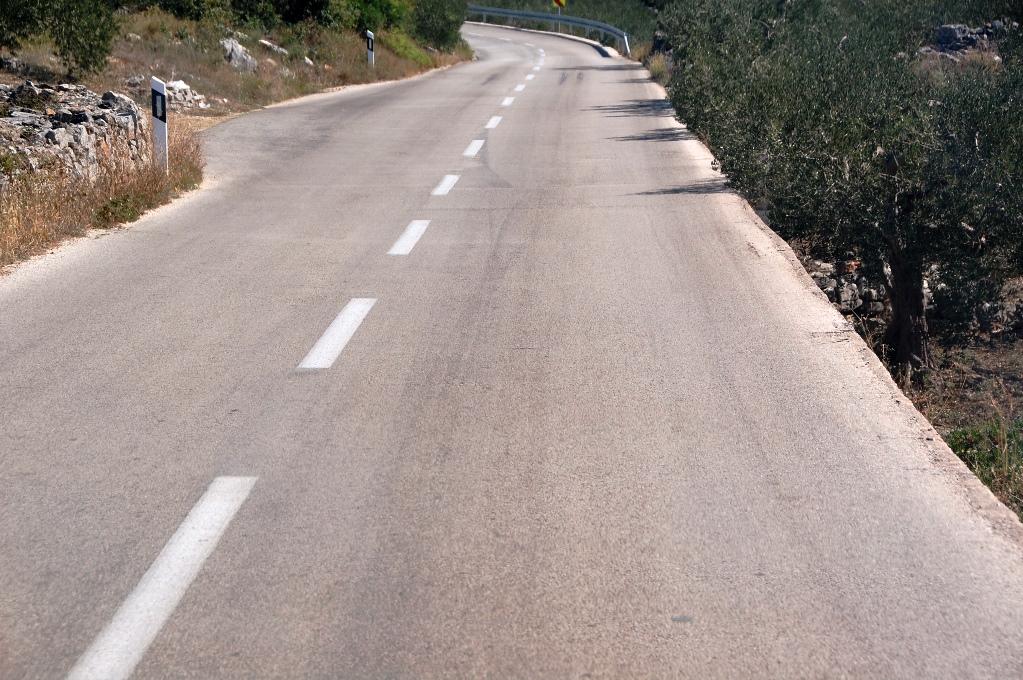 Vägarna på Hvar har branta kanter - om man skulle köra utanför kanten är det mer än en meter ner till marken!