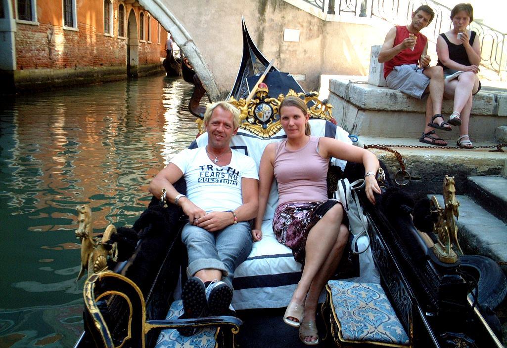 Peter och Helena i en gondol i Venedig