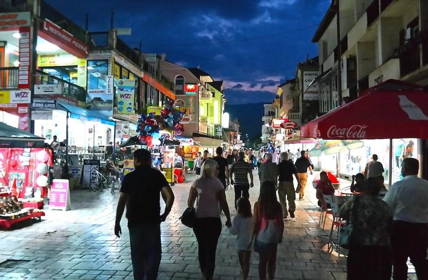 Struga är en charmig och levande stad på sommaren - vi ska snart utforska stan i dagsljus också!