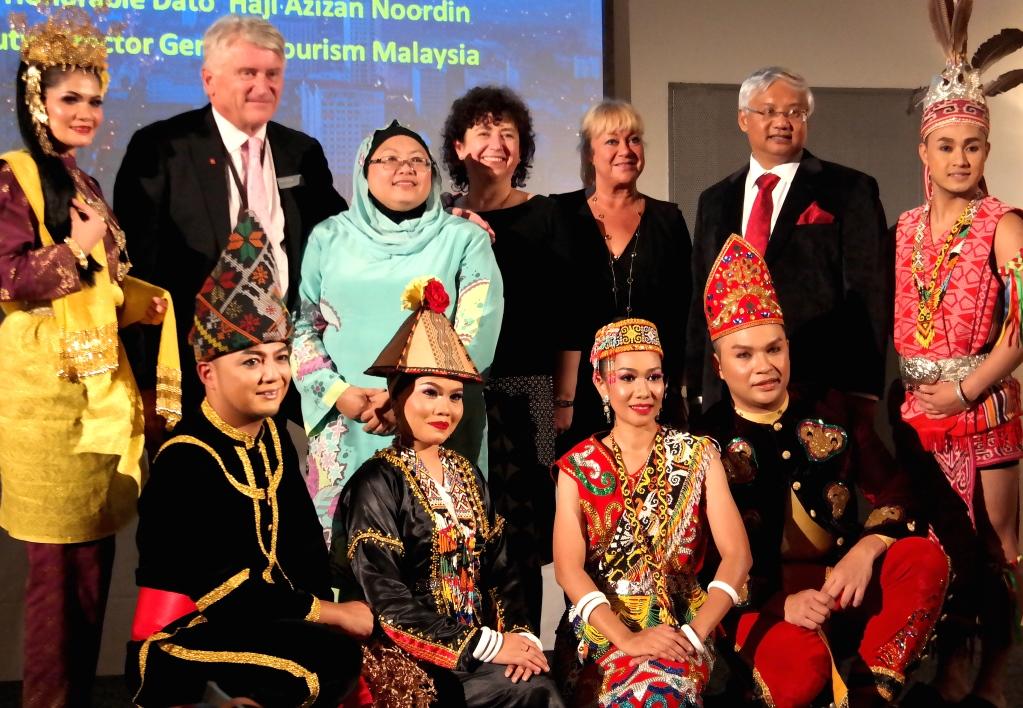 Malaysisk afton: De malaysiska dansarna tillsammans med personal från Malaysian Tourism board