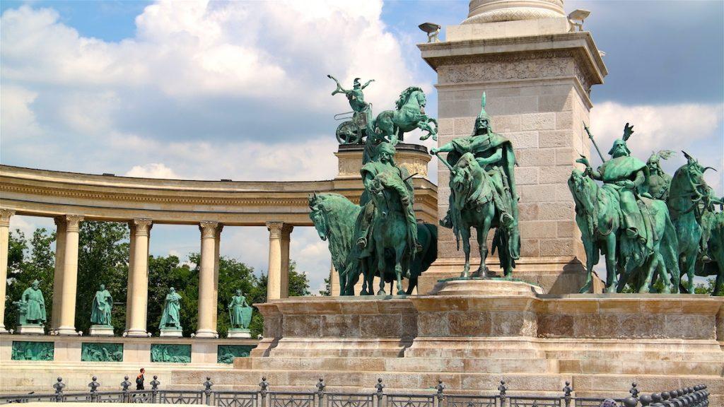 En av alla sevärdheter i Budapest: Hjältarnas torg
