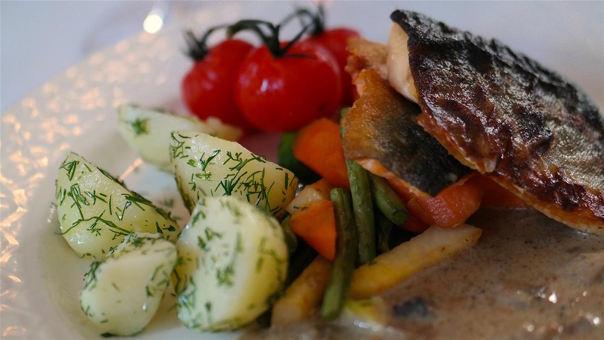 Huvudrätt: Röding med kokt potatis, lättkokta grönsaker och svampsås
