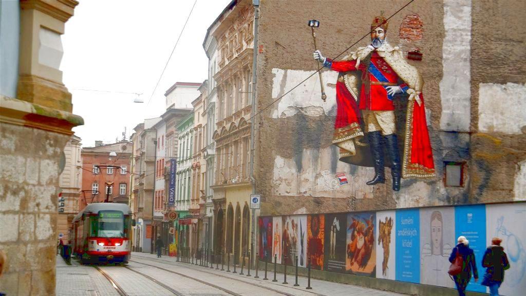 """Spårvagn och kreativ """"graffiti"""" i Olomouc (Lägg märke till kungens selfie-stick!)"""