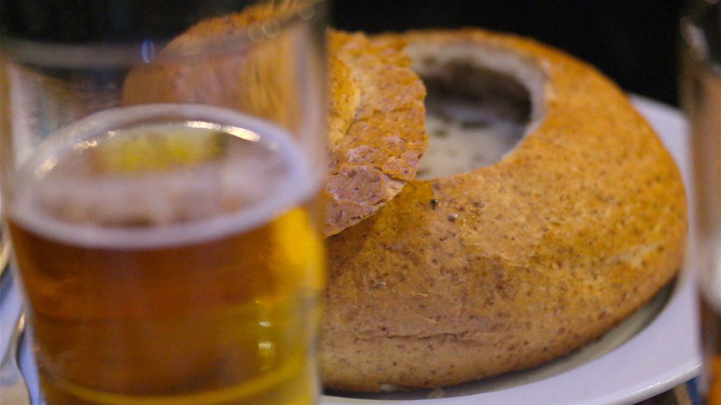 Den polska soppan Zurek serverades i bröd