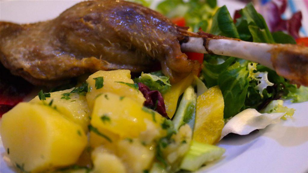 Gås med potatis och sallad