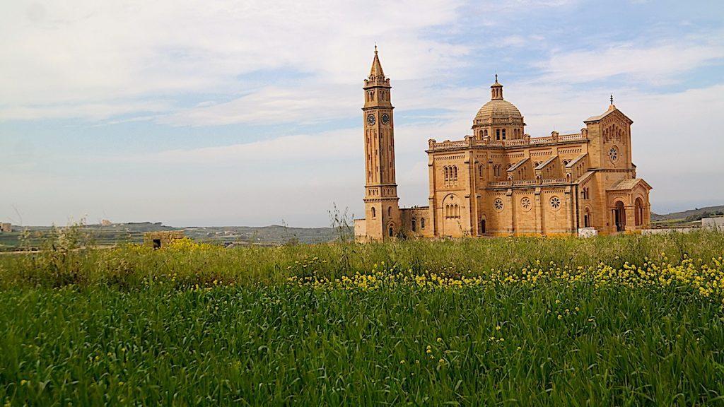 En av alla sevärdheter på Gozo i Malta: Ta'Pinu-basilikan