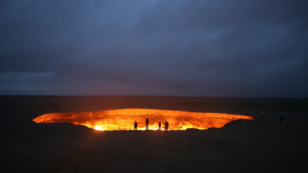 Darvaza-kratern i öknen i Turkmenistan