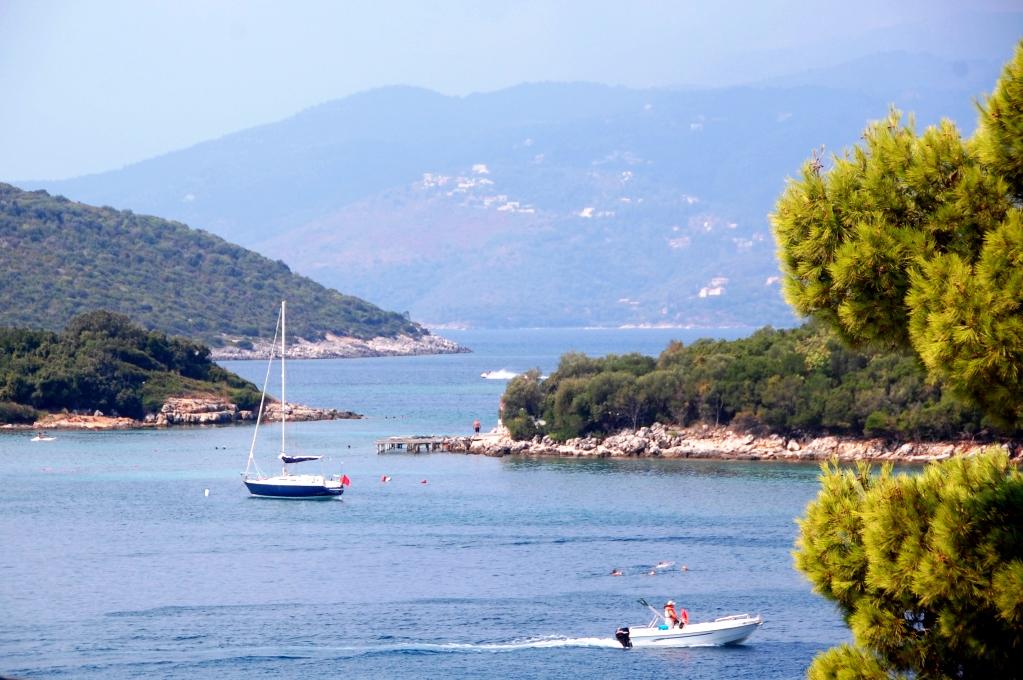Den grekiska ön Korfu ligger strax utanför Ksamil, Albanien