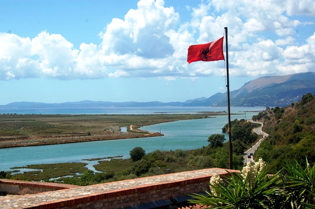 Albaniens flagga, med den dubbelhövdade örnen, vajar över Butrint