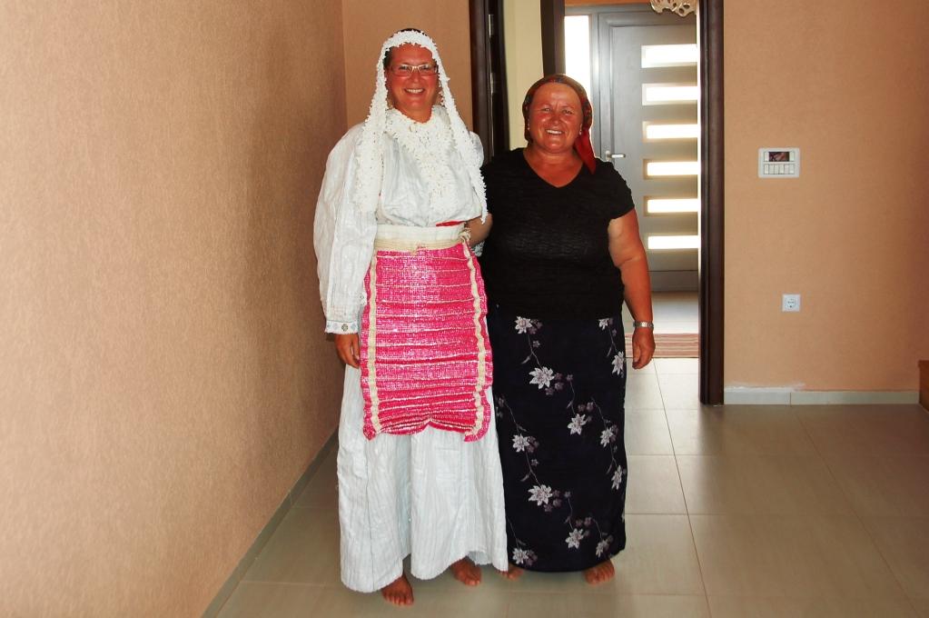 Jag i en traditionell albansk bröllopsklädsel, tillsammans med Shefiks syster