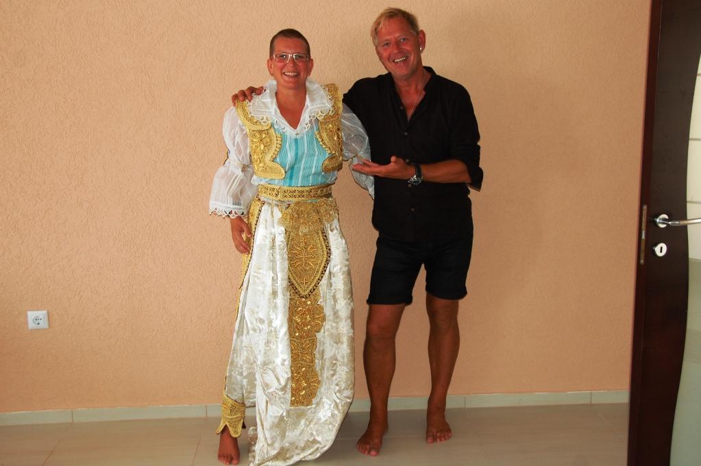 Jag i mer moderna albanska festkläder - av turkiskt snitt