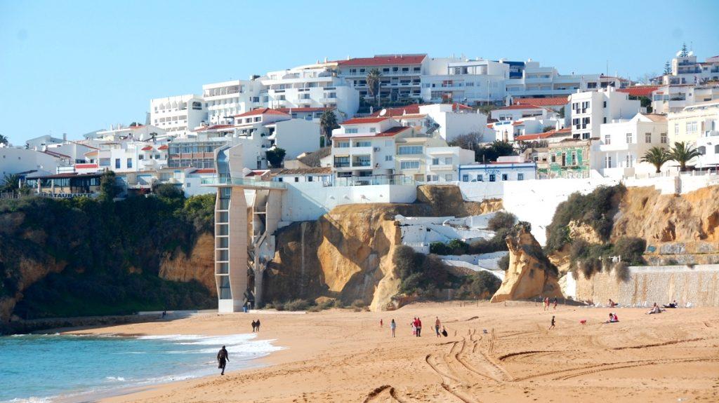 Gamla stan i Albufeira ligger på en liten höjd alldeles intill stranden