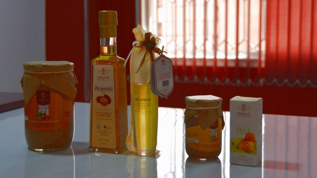 Olika produkter av arganolja på Tamaynote Women Agricultural Cooperative