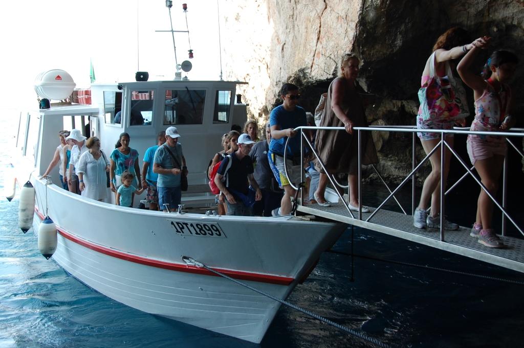 Man lägger till med båt (alternativt kör bil och kättrar 656 trappsteg)