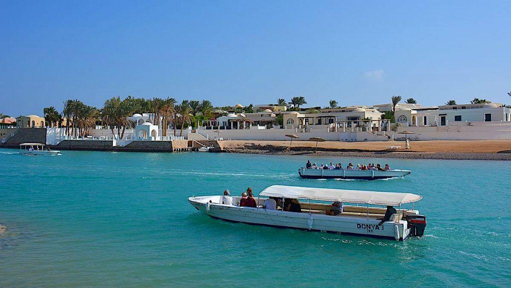 Shuttlebåt till Zeytouna beach Island