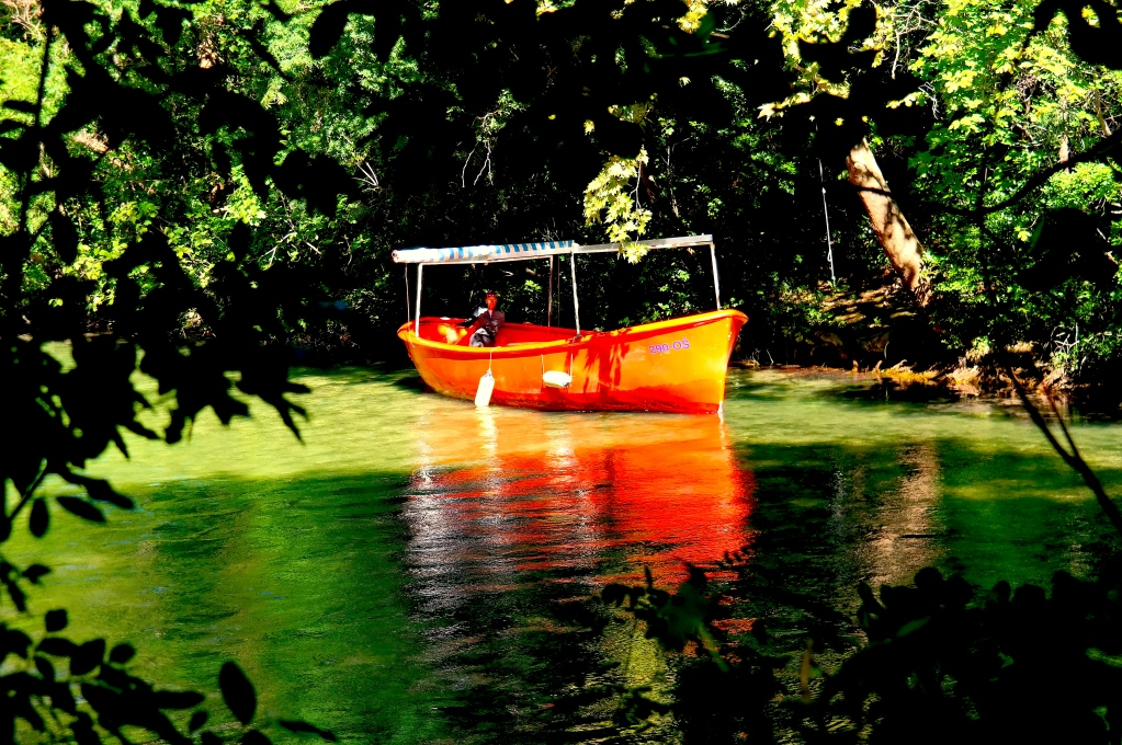 Båt för turer på floden Cetina