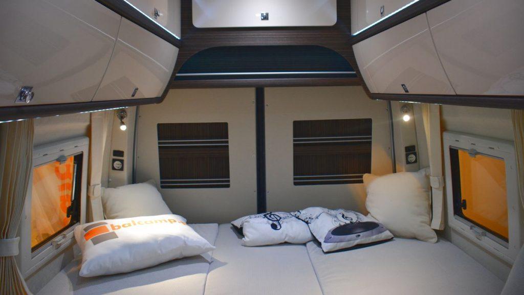 Balcamp grå säng