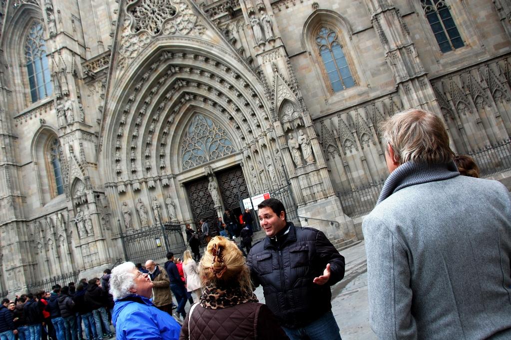 Här berättar vår guide entusiastiskt utanför Catedral i El barri Gotic