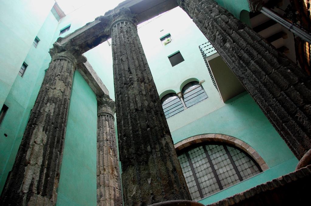De här gamla romerska pelarna upptäcktes när man skulle bygga, och har nu bevarats inuti en byggnad