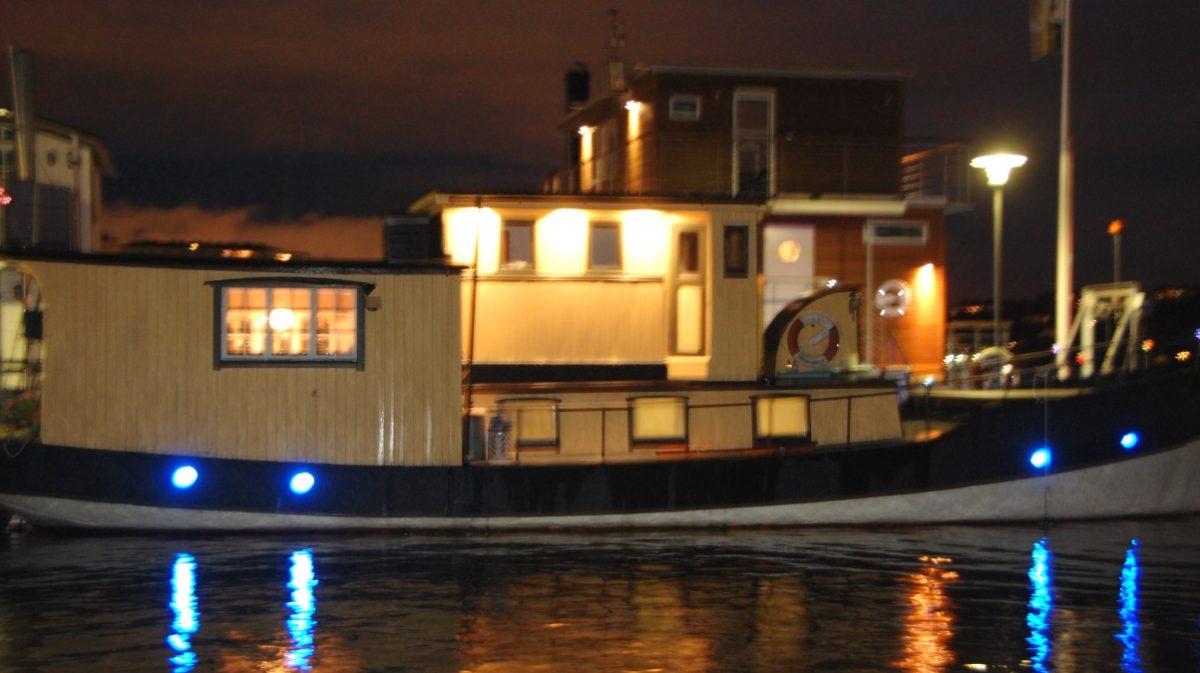 Belysning utåt från husbåten