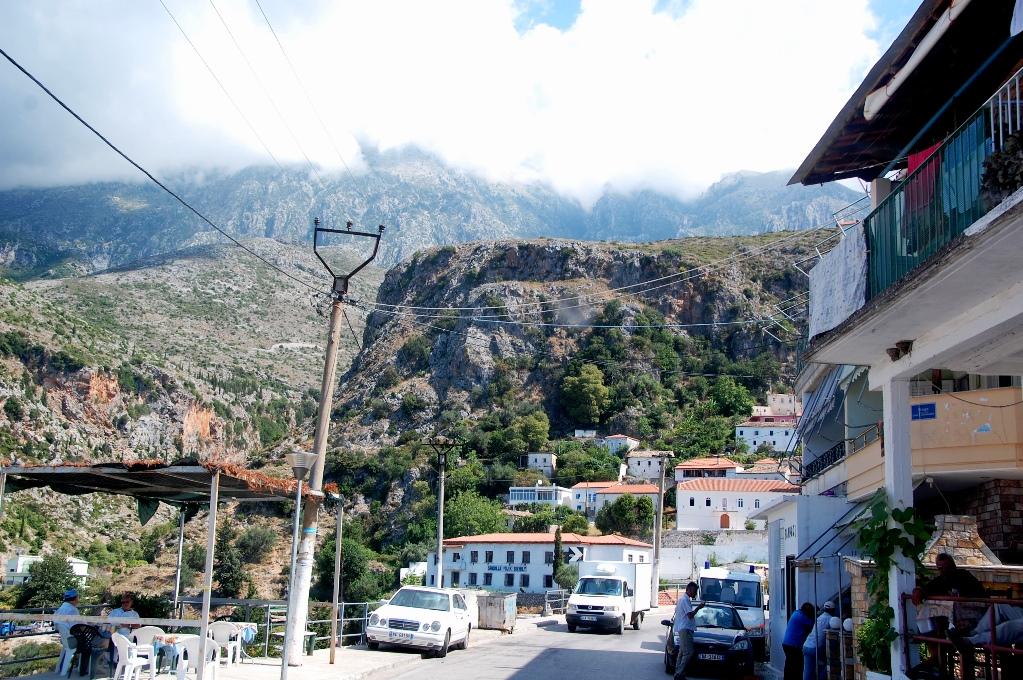 Vi kör igenom flera bergsbyar på hög höjd