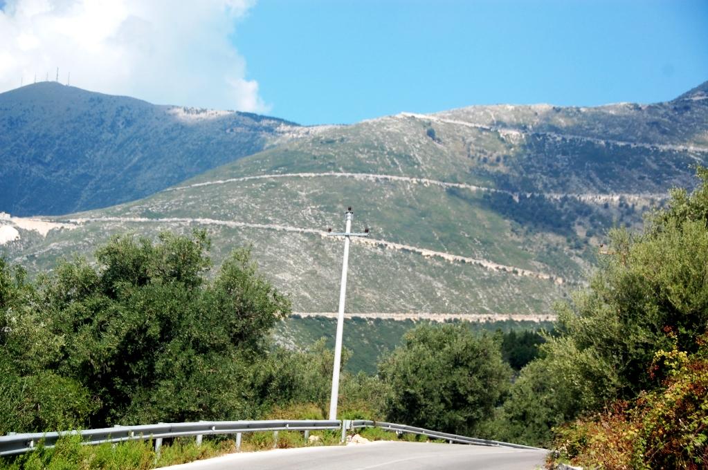Vägarna slingrar uppåt, uppåt som serpentiner längs bergen på Albaniens bergsvägar