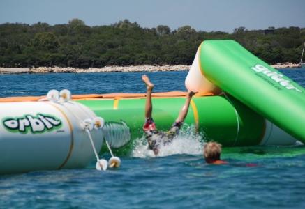 Dags att testa Aquapark: Billie landar med huvudet före