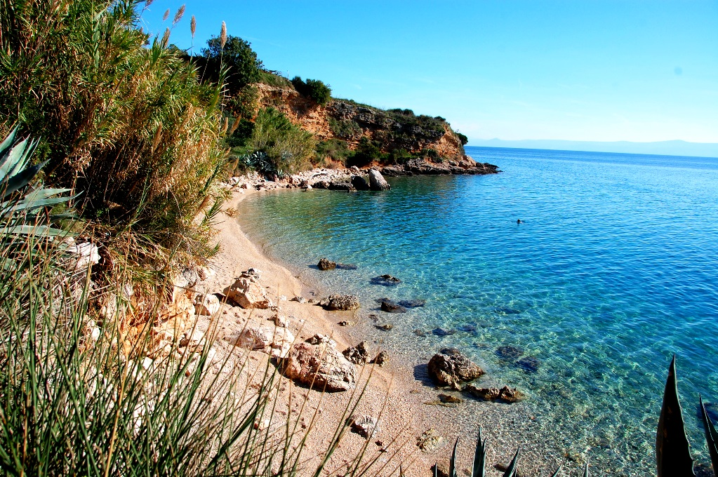 Strand precis utanför Bol pålågsäsong - om du tittar noga ser du en person som simmar i vattnet!