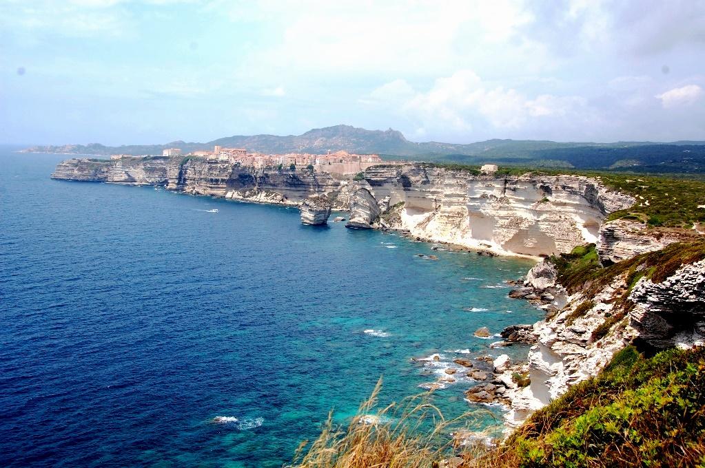Bonifacio ligger dramatiskt på en hög klippa