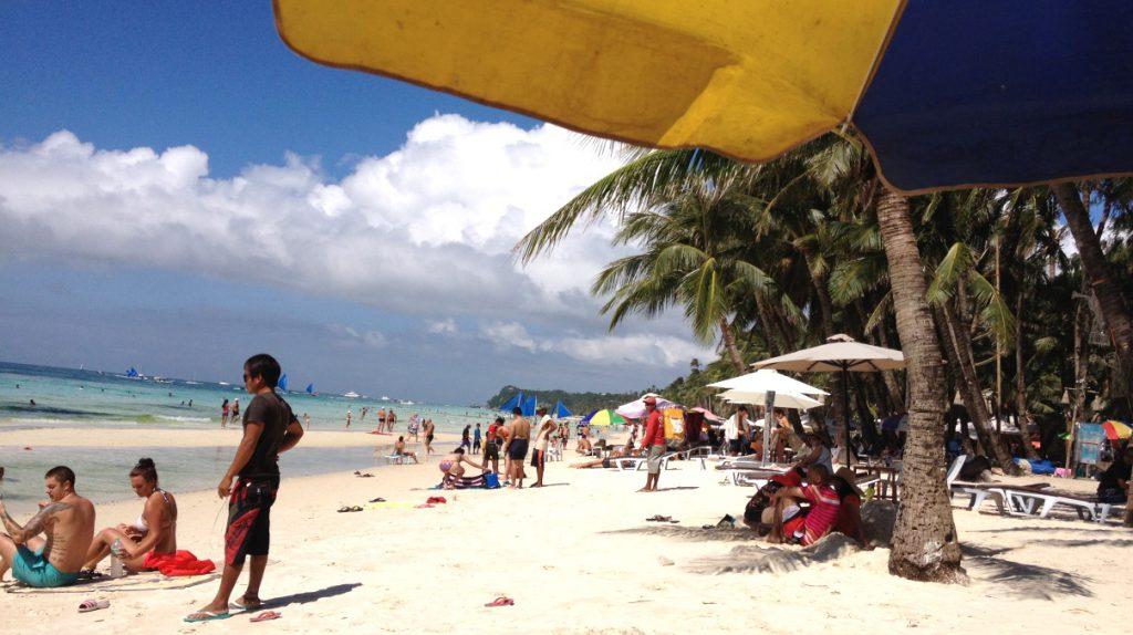 Sandstranden på White beach är ca tre kilometer lång