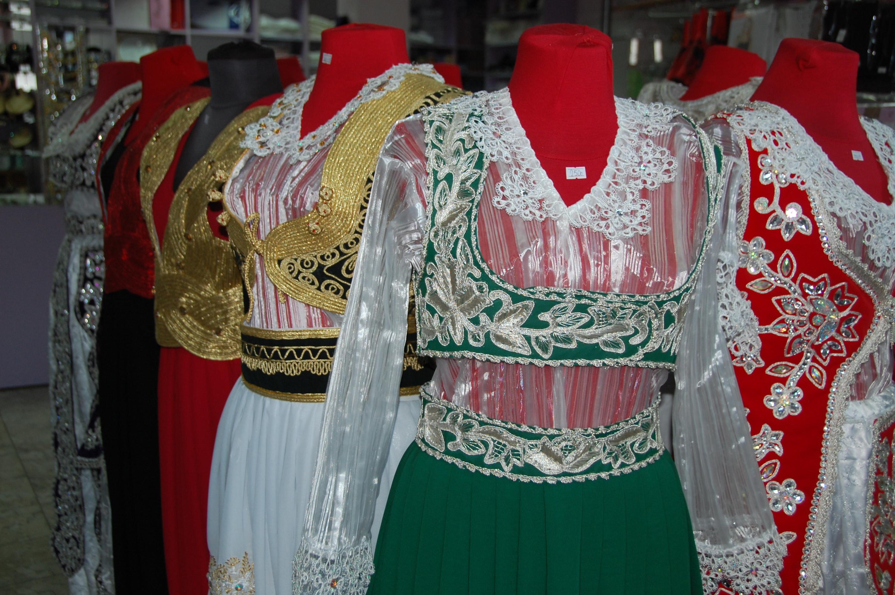 Albanska bröllopskläder i en butik i Kicevo