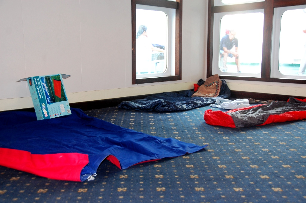 Många hade med sig sovsäckar eller uppblåsbara madrasser