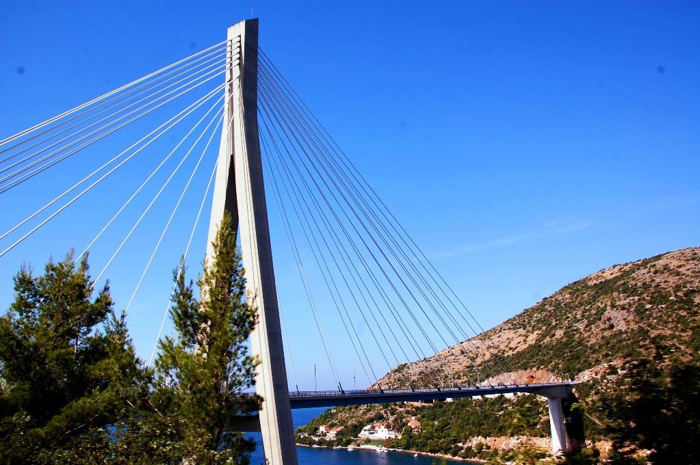 Bro strax utanför Dubrovnik, Kroatien