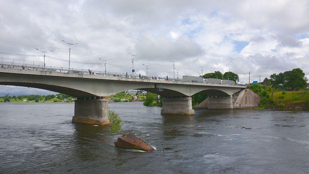 Narva i Estland och bro till Ryssland