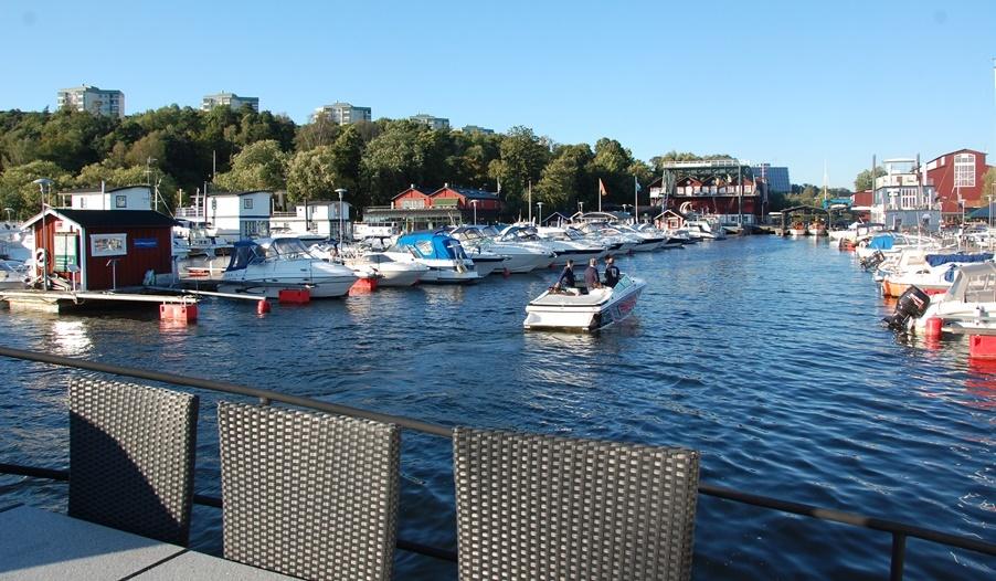 Det bästa med att bo i husbåt är nog utsikten, och uteplatsen!