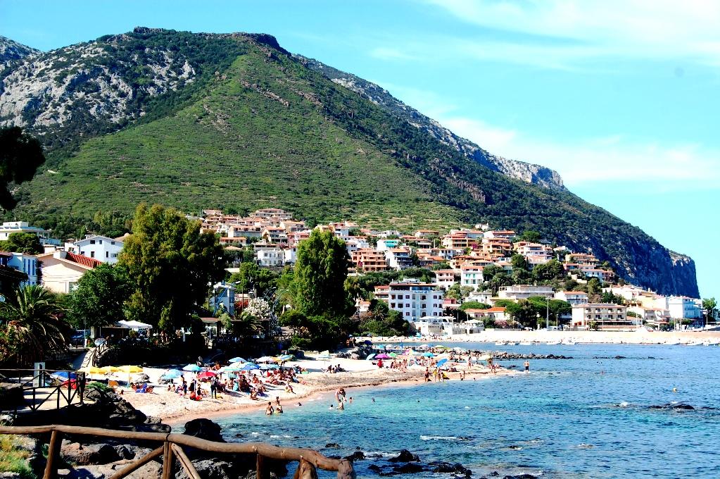 Cala Gonone ligger vackert inramat av höga berg