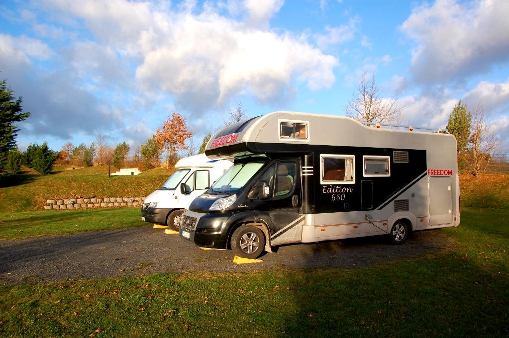 En svensk och en norsk husbil på camping