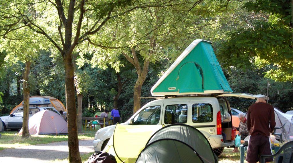 Campingbil med tält