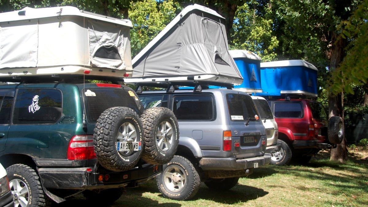 ampingbil med tält på taket