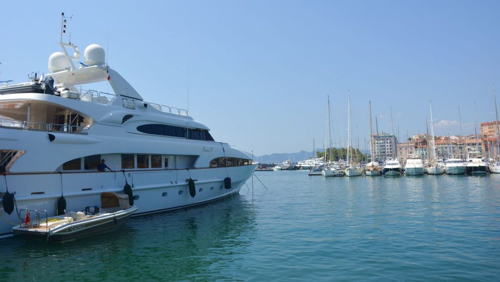 Yacht vid Frankrikes riviera