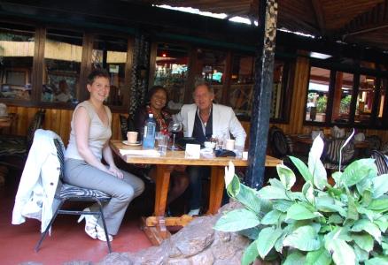 PåCarnivore får man riktigt god mat, och här äter man förstås med bestick och ser många mzungu (vita människor)