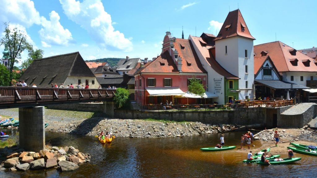 Unesco världsarv i Tjeckien - Gummibåtar och kanoter på floden Vltava
