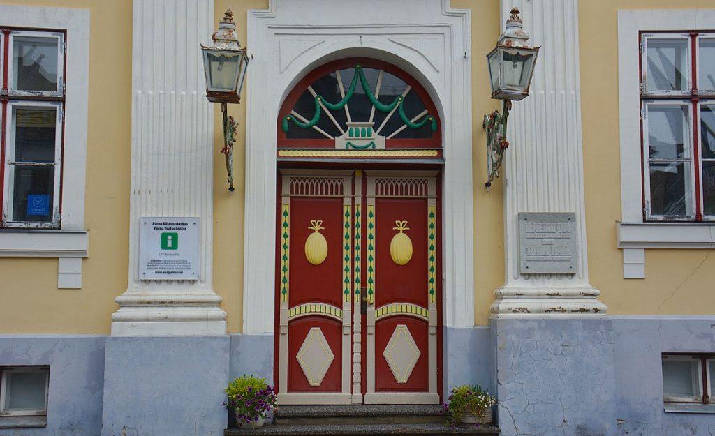 Vacker dörr till turistinformationen i rådhuset i Pärnu i Estland