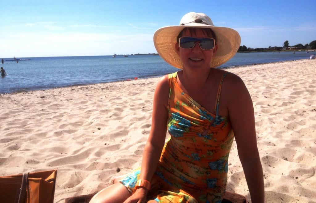 Helena på stranden vid Sonjas camping i Löttorp