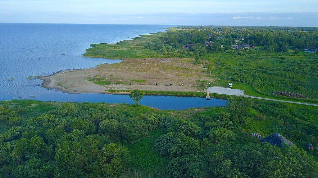 Fricamping vid sjön Peipus i Estland