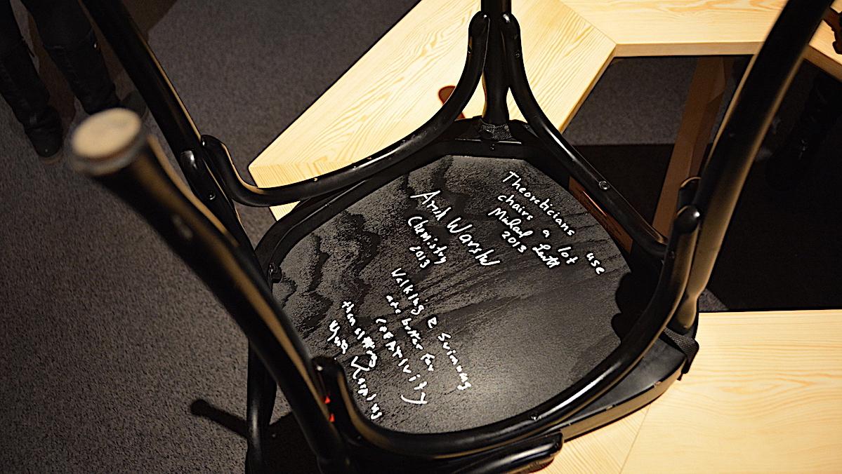Nobelpristagare signerar stol på  Nobelmuseet i Stockholm
