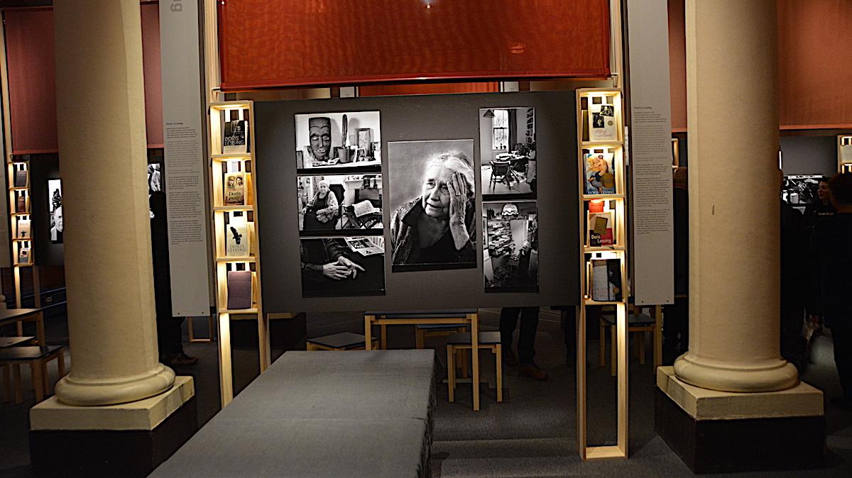 Foton på Doris Lessing på Nobelmuseet i Stockholm