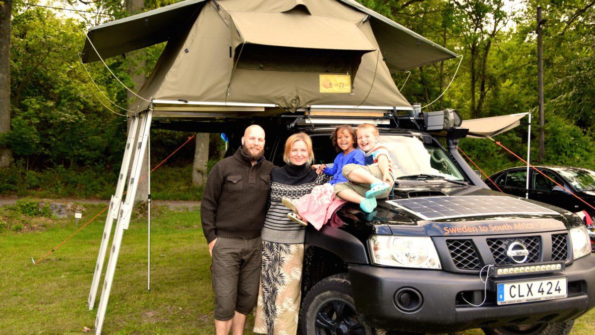 Ida Marken tillsammans med familjen framför bilen som ska ta dem genom Afrika